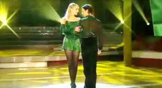 Ιρλανδοί χορευτές επιδεικνύουν τις ικανότητές τους, όταν ενώνονται με μια απίστευτη ομάδα μουσικών.