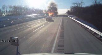 Βίντεο δείχνει ένα φορτηγό που ανατράπηκε και εξερράγη στην εθνική οδό (Βίντεο)