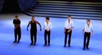 2 χορευτές είχαν ξεσηκώσει το πλήθος μέχρι που εμφανίστηκαν άλλοι 3 και έγινε ΧΑΜΟΣ!