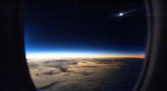 Απολαύστε μια ολική έκλειψη ηλίου μέσα από ένα αεροπλάνο. (Βίντεο)