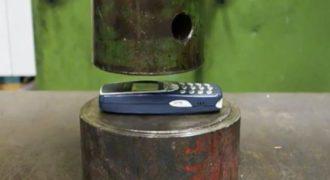 Χρησιμοποίησε μια υδραυλική πρέσα για να δει πόσο εύκολα μπορεί να συνθλίψει ένα Nokia 3310.