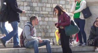 Όμορφες κοπέλες την πέφτουν σε νεαρούς στο κέντρο της Αθηνάς.(Video)