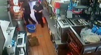 Ένας υπάλληλος στα McDonald γλιστράει και πέφτει σε ένα κουβά με βρασμένο λάδι. (Βίντεο)