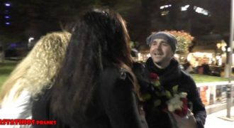 Προσφέρει Τριαντάφυλλα σε γυναίκες στο κέντρο της Αθήνας για την Γιορτή της Γυναίκας.