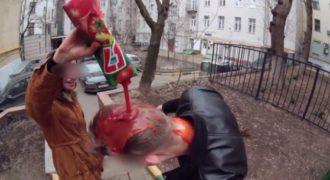 Πλούσιος νεαρός Ρώσος πληρώνει περαστικούς για να λουστούν με χυμό ντομάτας. (Βίντεο)