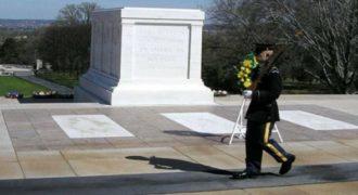 Γελούσαν υποτιμητικά μπροστά στον τάφο του Άγνωστου Στρατιώτη. Η αντίδραση του σκοπού αξίζει συγχαρητήρια (Βίντεο)