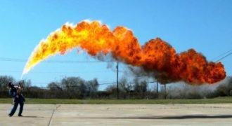 Δημιούργησαν μια φλόγα 15 μέτρων με ένα φλογοβόλο και το μαγνητοσκόπησαν σε αργή κίνηση.