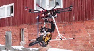 Έδεσαν ένα αλυσοπρίονο στην άκρη ενός ιπτάμενου ρομπότ με κάμερα και το μαγνητοσκόπησαν!