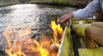 Και όμως! Έβαλε φωτιά σε… ποτάμι! (ΒΙΝΤΕΟ)