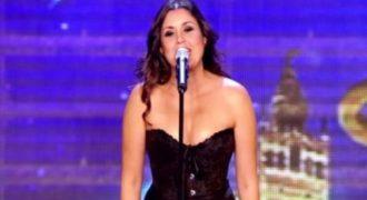 Ενώ τραγουδούσε έβγαλε τα ρούχα της μπροστά στους κριτές. Μόλις την δείτε, δεν θα πιστεύετε στα μάτια σας (VIDEO)
