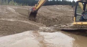 Η διάσωση ενός νεαρού ελαφιού που κόλλησε στη λάσπη και διασώθηκε με έναν εκσκαφέα.