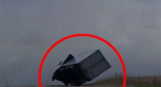 Απίστευτες εικόνες: Νταλίκα παλεύει με θυελλώδη άνεμο και δείτε τι γίνεται στη συνέχεια! (Βίντεο)