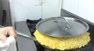 Έτσι φτιάχνουν μια ομελέτα με πατάτες και 30 αυγά, σχεδόν 12 κιλά σε ένα μπαρ στο Cadiz.