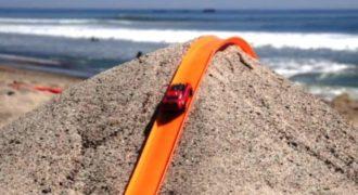 Έστησαν μια πίστα στην άμμο της παραλίας για να παίξουν με τα αυτοκινητάκια! (video)
