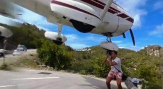 Βίντεο που κόβει την ανάσα: Το αεροπλάνο περνά ξυστά από το κεφάλι του για μια φωτογραφία