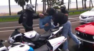 Γυναίκα τράβηξε πιστόλι όταν παρέα μοτοσικλετιστών γρονθοκοπούσε το σύζυγό της! (video)