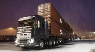 Φορτηγό Volvo τραβάει ένα τεράστιο φορτίο 750 τόνων!