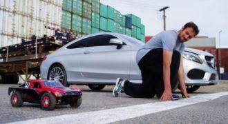 Απολαυστικός αγώνας μεταξύ ενός αυτοκινήτου, ενός παιχνιδιού και ενός άνδρα. (Βίντεο)