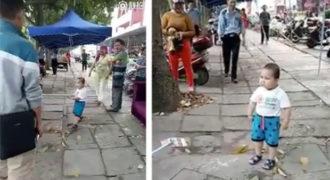 Πιτσιρίκι χρησιμοποιεί μεταλλική ράβδο για να προστατεύσει την γιαγιά του από την αστυνομία (Video)