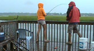 Κι εκεί που ψάρευε ανέμελη συνέβη το απίστευτο! (Βίντεο)