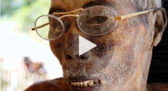 Το Χωριό με τους Νεκρούς που έχει Σοκάρει το Διαδίκτυο! Αντί να τους Θάψουν, Κρατάνε τα Πτώματα τους και…