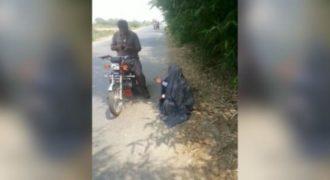 Η τεχνική δύο Αφγανών για να κλέψουν την μηχανή και το πορτοφόλι ενός οδηγού. (Βίντεο)