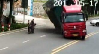 Δείτε πως ένας μοτοσικλετιστής καταφέρνει και γλυτώνει την τελευταία στιγμή από διερχόμενο φορτηγό!