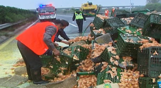 Τα έκανε… ομελέτα – Δείτε τι συνέβη όταν 100.000 αυγά χύθηκαν στο δρόμο!