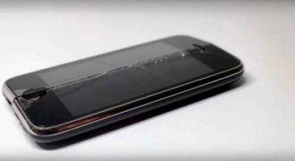 Μπορείς να κόψεις ένα iPhone στη μέση χρησιμοποιώντας πολύ μεγάλη πίεση νερού;