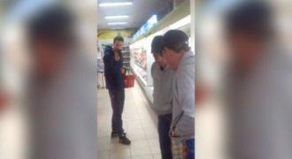 Ένας μεθυσμένος άνδρας μιλάει με τον εαυτό του στον καθρέφτη και νευριάζει γιατί… (Βίντεο)