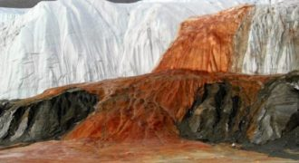 Τι κρύβεται πίσω από τις «σταγόνες αίματος» στην Ανταρκτική; Η απάντηση στο βίντεο.