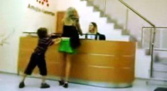 Κακομαθημένο παιδί κατεβάζει την φούστα της μητέρας του σε δημόσιο χώρο γιατί δεν του κάνει τα χατίρια!! (Video)