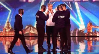 Οι τεχνικοί ανεβαίνουν στη σκηνή να του φτιάξουν το χαλασμένο μικρόφωνο. Αυτό που συμβαίνει αμέσως μετά, δεν το περίμεναν ούτε οι κριτές ούτε το κοινό!