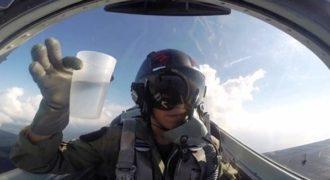 Γεμίζει ένα ποτήρι νερό μέσα σε μαχητικό αεροσκάφος την στιγμή που το γυρίζει ανάποδα.(Video)