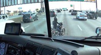 Οδηγός νταλίκας προστατεύει με έναν υπέροχο τρόπο αναβάτη μηχανής που έμεινε στη μέση του δρόμου.