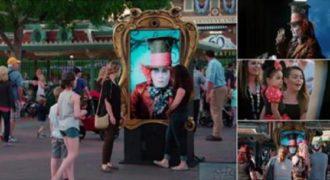 Ο Johnny Depp εκπλήσσει τους επισκέπτες στην Disneyland με μια διαδραστική οθόνη. (Βίντεο)