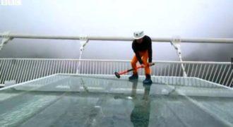 Να τι συνέβη όταν ρεπόρτερ του BBC προσπάθησε να σπάσει γυάλινη γέφυρα με βαριοπούλα (VIDEO)