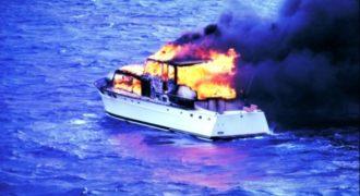 Απίστευτο: Δείτε πως έσβησαν τη φωτιά σε φλεγόμενο σκάφος! (Βίντεο)