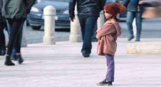 Πώς αλλάζει η στάση των ανθρώπων απέναντι σε ένα παιδί ανάλογα με τα ρούχα του;