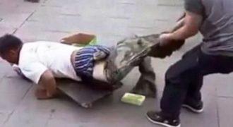 Ο… ανάπηρος ζητιάνος «έβγαλε» ξαφνικά πόδια! Δείτε πώς τον κατάλαβαν και τι ακολούθησε μετά! (ΔΕΙΤΕ ΒΙΝΤΕΟ)