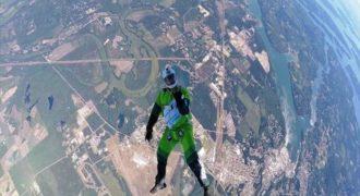 Απίστευτο πήδηξε χωρίς αλεξίπτωτο από τα 7.500 μέτρα και προσγειώθηκε σε ένα… δίχτυ (Video)