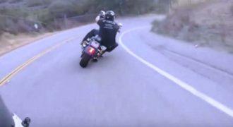 Αυτός ο οδηγός Harley-Davidson εκτός από άψογο οδηγικό ταλέντο έχει και πολλά κότσια.
