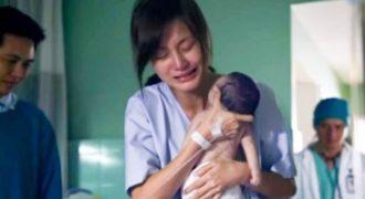 Μητέρα Κρατάει το Άψυχο Σώμα του Νεογέννητου Μωρού της, Αλλά Μη Πάρετε τα Μάτια σας από το Χέρι του