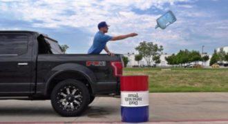 Απίθανα κόλπα με ένα μπουκάλι νερό! Το βίντεο που ξεπέρασε τα 11.000.000 views