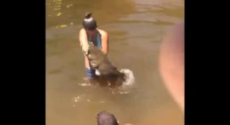 Αυτή η γυναίκα έπιασε ένα τεράστιο ψάρι με τα χέρια αλλά μετά συνέβη κάτι απίστευτο!