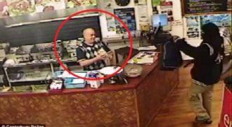 Σε Ελληνικό Εστιατόριο ένας Κλέφτης με όπλο στο Χέρι εισβάλει για Ληστεία. Η αντίδραση του Ταμία; Πρέπει να την δεις για να τη Πιστέψεις!