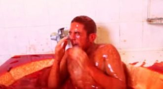 Τυπάκος κάνει μπάνιο με 1.250 μπουκάλια καυτερής σάλτσας (video)