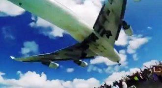 Αεροπλάνο προσγειώθηκε σε παραλία με λουόμενους (Video)
