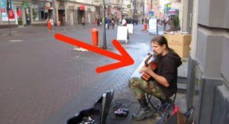 Φαίνεται σαν ένας απλός άστεγος με κιθάρα. Μόλις ξεκινήσει να παίζει όμως, θα πάθετε Σοκ!