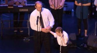 Ο Άντρας οδηγεί το Τυφλό, Αυτιστικό Aγoράκι στη σκηνή. Προσέξτε ΤΙ θα συμβεί μόλις αφήσει το Χέρι του και θα τα Χάσετε!